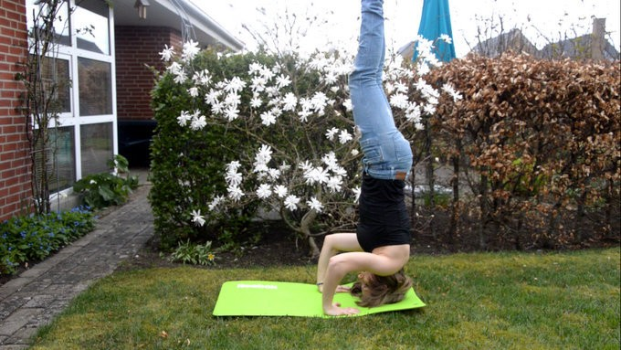 4 easy steps to your first headstand - A Yoga guide for beginners by Annesmiles