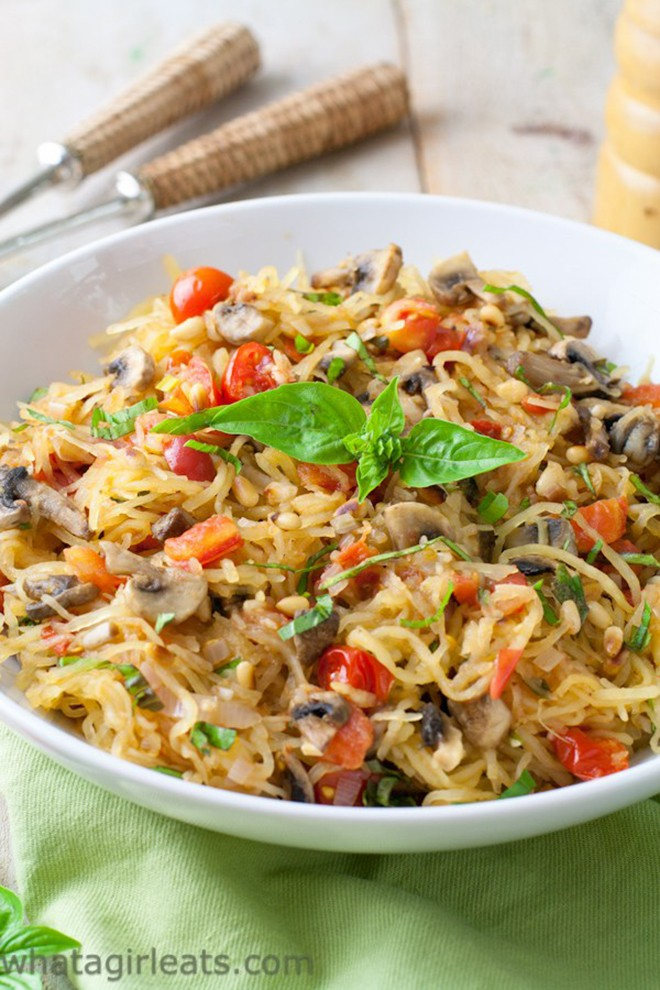 I wish my dinner tonight was this tomato mushroom spaghetti squash.